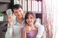 Koppla ihop att få rikt i familjeföretag royaltyfri bild
