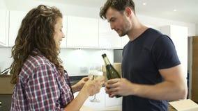 Koppla ihop att fira att flytta sig in i nytt hem med Champagne stock video