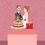 Koppla ihop att fira förbindelse för bröllopsdagparti med kakan som tillsammans klipper Arkivfoto