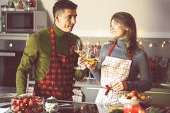 Koppla ihop att fira jul i kök- och drinkvinet royaltyfri fotografi