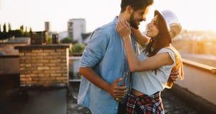 Koppla ihop att flörta, medan ha en drink på takterrasse Arkivfoto