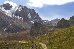 Koppla ihop att fotvandra i alurna Tau Mountains nära Almaty, Kasakhstan Arkivfoton