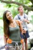 Koppla ihop att fotvandra i skog under loppet Maui, Hawaii Arkivfoto