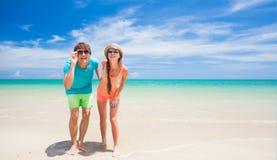 Koppla ihop att gå och att ha gyckel på en tropisk strand Arkivbild