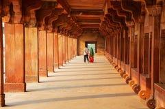 Koppla ihop att gå till och med lägre Haramsara i Fatehpur Sikri, Uttar fotografering för bildbyråer