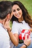 Koppla ihop att ge gåva på födelsedag- eller årsdagberöm Fotografering för Bildbyråer