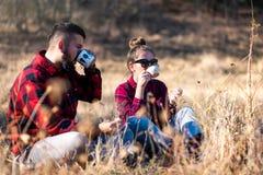 Koppla ihop att ha en kopp kaffe utomhus royaltyfri foto