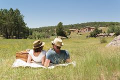 Koppla ihop att ha en picknick i bygden av Spanien fotografering för bildbyråer