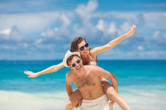 Koppla ihop att ha gyckel på stranden av ett tropiskt hav Arkivfoton