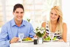 Koppla ihop att ha lunch Royaltyfri Bild