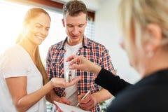 Koppla ihop att köpa ett hus från mäklaren royaltyfri bild