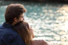Koppla ihop att krama och att hålla ögonen på havet på stranden Royaltyfria Foton