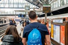Koppla ihop att krama på tunnelbanastationen i domstol för London greve` s Royaltyfri Bild