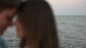 Koppla ihop att kyssa på bakgrunden av havet lager videofilmer