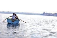 Koppla ihop att kyssa på fartyget i den italienska sjön under semester arkivbilder