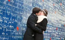 Koppla ihop att kyssa på Montmartre i Paris Arkivbilder