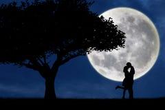 Koppla ihop att kyssa vid ett träd på blå fullmånekontur vektor illustrationer