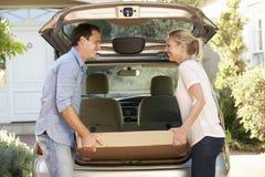 Koppla ihop att ladda den stora packen in i baksida av bilen Royaltyfri Fotografi