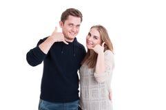 Koppla ihop att le, och posera danande kalla mig gesten Fotografering för Bildbyråer