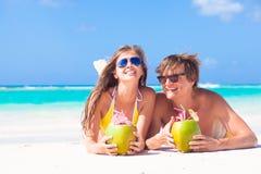 Koppla ihop att ligga på en tropisk strand i Barbados och Royaltyfri Bild