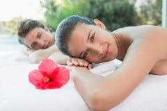 Koppla ihop att ligga på massagetabellen på brunnsortmitten arkivfoton