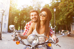 Koppla ihop att lära att köra en sparkcykel på vägen Royaltyfri Foto