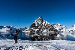 Koppla ihop att posera i bergen av de Lofoten öarna Reine Norge royaltyfria bilder