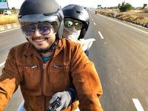 Koppla ihop att rida en cykel för deras expedition i Indien Arkivfoto
