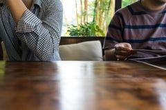 Koppla ihop att sitta bredvid arkivbild
