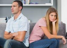 Koppla ihop att sitta tillbaka som ska dras tillbaka efter en kamp på soffan med woma Arkivbilder
