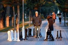 Koppla ihop att spela gataschack i Sumgait, Azerbajdzjan Arkivfoto