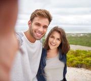 Koppla ihop att ta en selfie utomhus på en naturslinga royaltyfria bilder