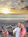 Koppla ihop att ta selfie mot Parthenontemplet på akropolen i Aten, Grekland royaltyfria bilder
