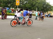Koppla ihop att tycka om att cykla med två par av pedaler tillsammans arkivfoto