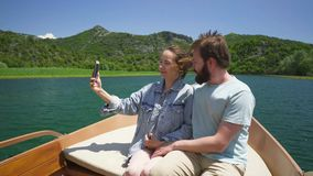 Koppla ihop att tycka om en ritt för motorfartyg på sjön och framställning av en video appell lager videofilmer