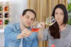 Koppla ihop att tycka om och att dricka vin på avsmakning royaltyfria bilder