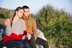 Koppla ihop att tycka om romantiker, vänner som ser in i avståndet, en yo Royaltyfri Foto