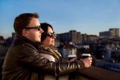 Koppla ihop att tycka om stadshorisont, medan dricka kaffe på solig dag Royaltyfri Foto