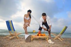 Koppla ihop att vila på stranden Royaltyfria Foton