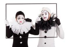 Två clowner i en inramacant hör varje annan royaltyfri bild