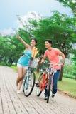 Koppla ihop av cyklister Royaltyfria Foton