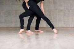 Koppla ihop av dansare i dynamiskt poserar arkivfoton