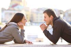 Koppla ihop av förälskad tonår se sig royaltyfri foto