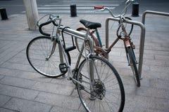 Koppla ihop av förtöjde cyklar royaltyfri foto