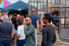 Koppla ihop av män på en festival arkivfoto