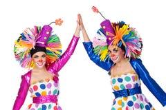 Koppla ihop av roliga clowner med räcker sammanfogat arkivbild