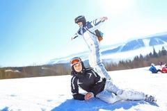 Koppla ihop av skidåkare som lägger ner i snön Selektivt fokusera royaltyfri fotografi