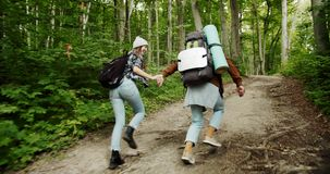 Koppla ihop av turister med att köra för ryggsäckar stock video