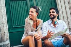 Koppla ihop av turister som g?r runt om gammal stad Semester sommar, ferie, turism: begrepp arkivbild