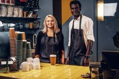 Koppla ihop baristaanseendet bak en räknare i coffee shop fotografering för bildbyråer